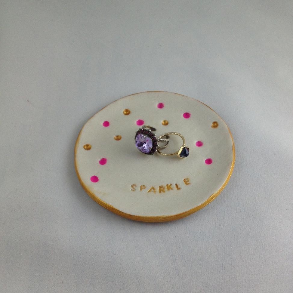 DIY Sparkle Ring Dish Tutorial from AMODERNCINDERELLA.COM